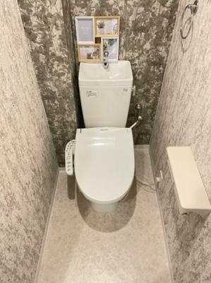 トイレもすべて新調です。クロスがアクセントになっていますね。