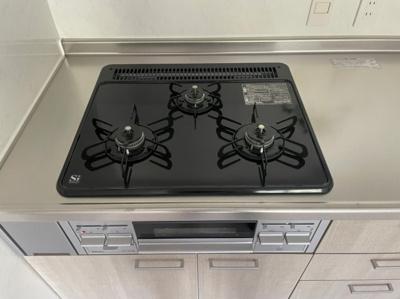 キッチンも新調され、コンロまわりもお手入れしやすい ですね。