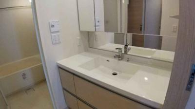洗面室もワイドサイズで使いやすく設計されています。