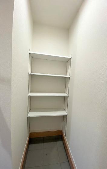 ご家族様分の履物を大容量収納出来るシューズボックス。可動式の棚で自分の好きな高さに変えられ便利♪