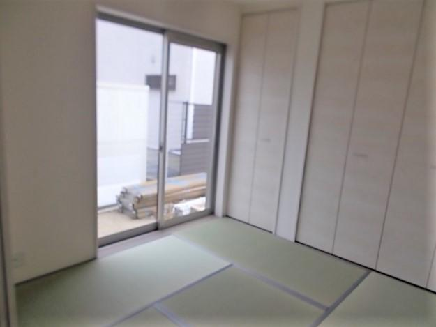 バリアフリー設計の浴室。床は水はけが良くカビにくく滑りにくい。浴槽内ベンチ有。浴室乾燥暖房機付。
