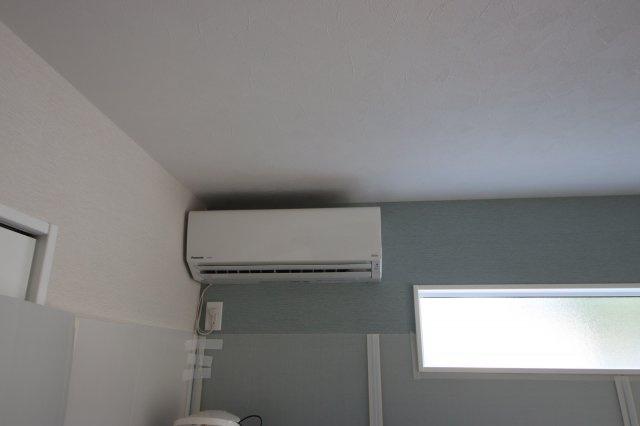 (14:00撮影 21/09/21)秋晴れ 1階洋室にエアコンが付いています。