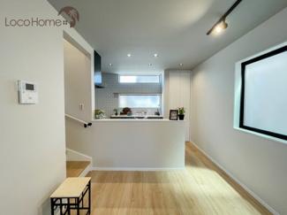 ダクトレールの照明はかっこいい仕上がり。 キッチンのカフェ風の雰囲気と相まって、素敵な空間に。