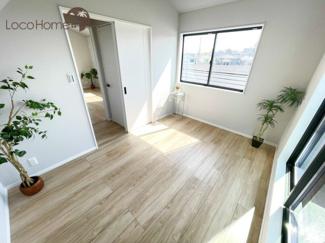 天井高のある洋室は空間が開放的です。