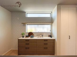 キッチン後ろには、しっかりとした収納があり食器など片付けられます。