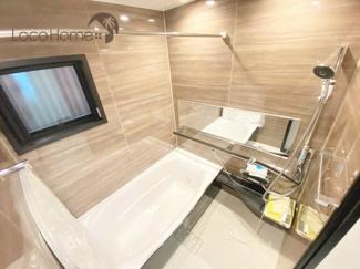 窓付きのお風呂で防カビ対策。 ゆったり入れるバスタブで快適なバスタイムを♪