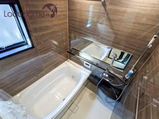 2021年9月9日撮影 木目調の壁のお風呂は落ち着きがありリラックスできます。