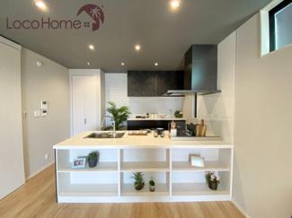 こちらは当社施工例です。 食洗機やカップボード、パントリーなど充実した設備のキッチンは忙しいご家庭に便利です。