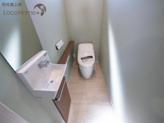 同社施工例 おしゃれな壁紙はトイレにも使用しています。
