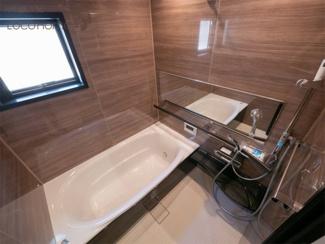 同社施工例 木目調の壁のお風呂は落ち着きがありリラックスできます。