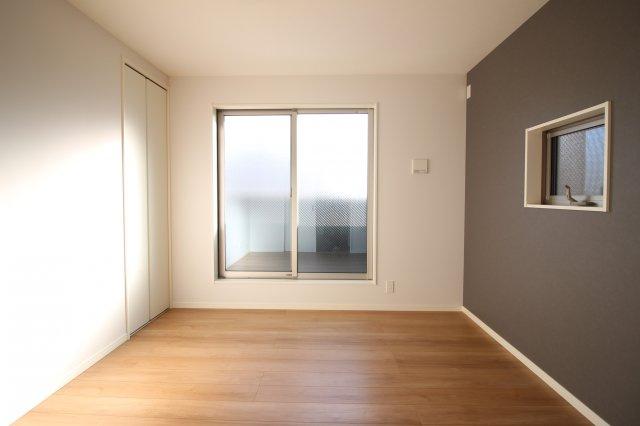 大きな窓から差し込む明かりで落ち着く居室スペース♪ (当社施工例)
