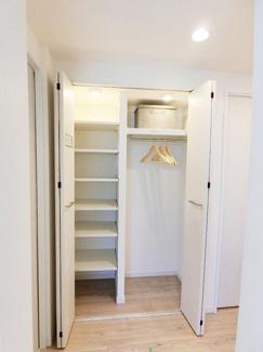 ホールにあるシステム収納はお部屋にしまいきれないものを収納可