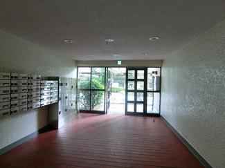 落ち着いたマンション入口部分、レトロで懐かしさを感じさせます