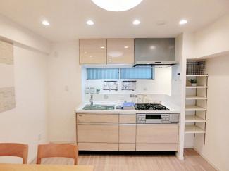 窓があり爽やかなキッチンは食材などの収納に便利なパントリー付