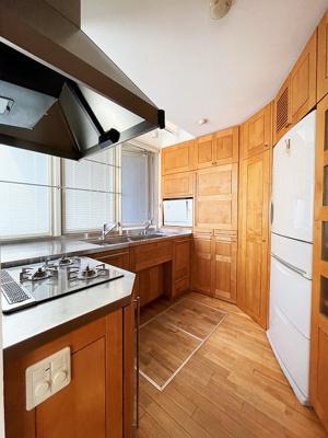 キッチンには床下収納がございます。