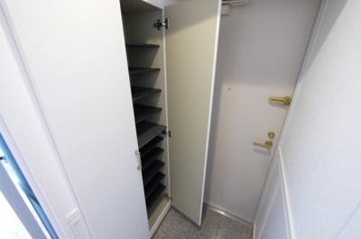 玄関を開ければお洒落空間 下駄箱も有ります