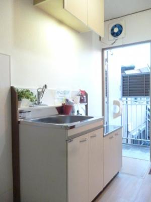 ガスコンロ設置可能のキッチンです☆場所を取るお鍋やお皿もすっきり収納できます♪