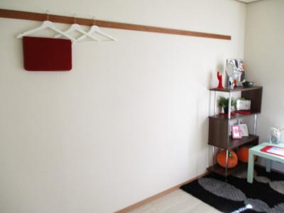 南向き洋室6帖のお部屋には長押があります♪ハンガー掛けとしても便利です♪収納スペースも完備しているのでお部屋がすっきり片付きますね☆