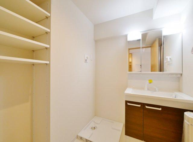 使い勝手のよい三面鏡の洗面台は鏡裏などかさばりがちな小物の収納に便利です リネンや着替えのストックに便利な可動棚もございます