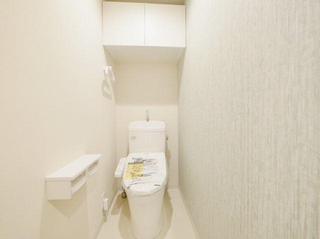 トイレは新規交換につき快適です トイレ上部には備品のストックに便利な吊戸棚がございます