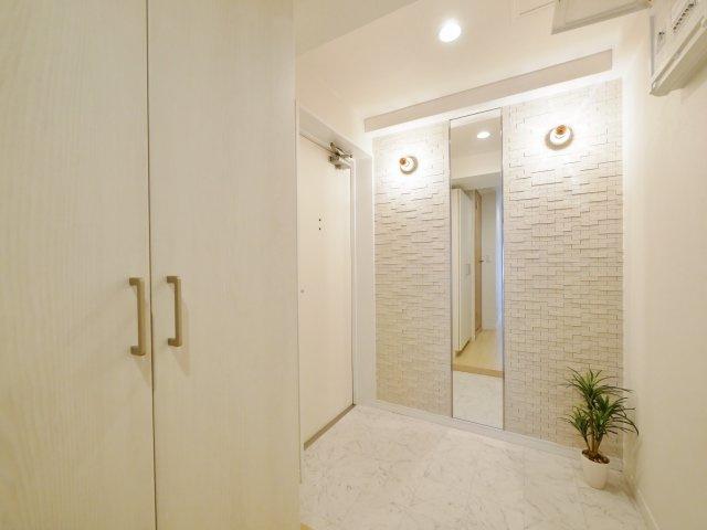 家の顔でもある玄関はタイルとミラーを施しお洒落な空間を演出しています