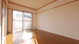 6帖洋室。こちらのお部屋も南向きで日当たり良好です。