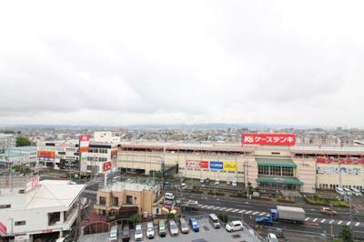 9階部分からの眺望です。商業施設がたくさんあります。
