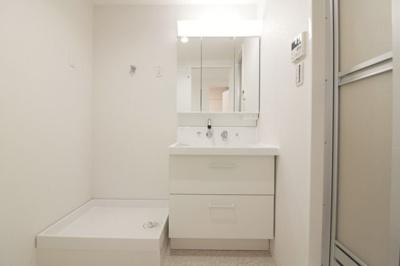 独立洗面化粧台が付いています。白色基調で清潔感があります。