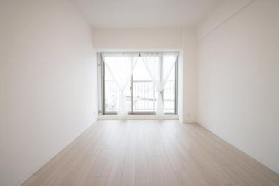 バルコニーに面した明るい洋室です。