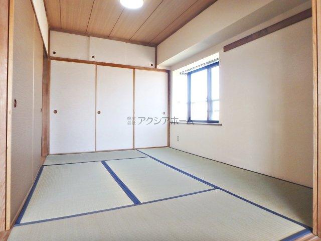 大容量の押入れがある6帖の和室です。