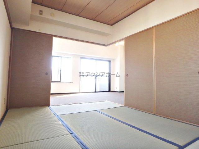 角物件の為、窓があり開放的な和室