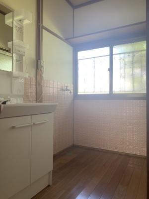 脱衣所に洗濯機設置可能です。