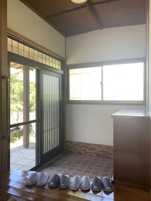広々としたスペースのある、明るい玄関です。