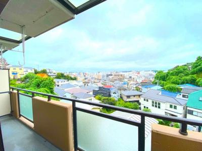 現地からの眺望(2021年9月)撮影 南向きバルコニーは日当たり良好!高台からの眺望が見渡せます。日当たりが良いので洗濯物干しも快適♪