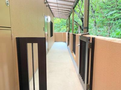 広々とした玄関ポーチがあります。門扉もついていてプライベートスペースがあって嬉しいです。