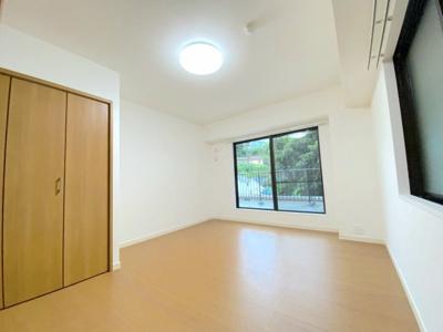 主寝室は広々した約8.5帖。窓からルーバルコニー奥の緑が見える景観です。
