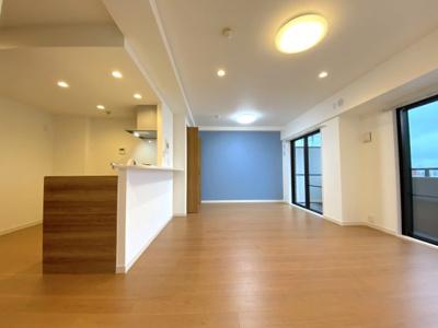 新規リノベーションで新築同様とても綺麗な室内!LDK16.5帖と広々しております。南向きで日当たりが良く、明るい暮らしです。