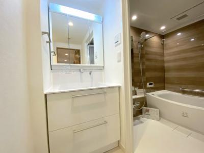 リノベーションで新設された洗面化粧台。お掃除がしやすい「すべり台ボウル」形状です♪