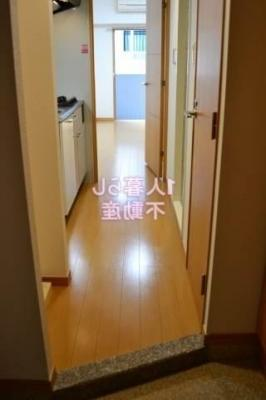 玄関からお部屋の様子です。
