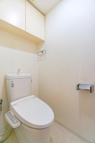 スッキリとした多機能付の使いやすいトイレです。 トイレットペーパーや洗剤も入れておける収納付きです!