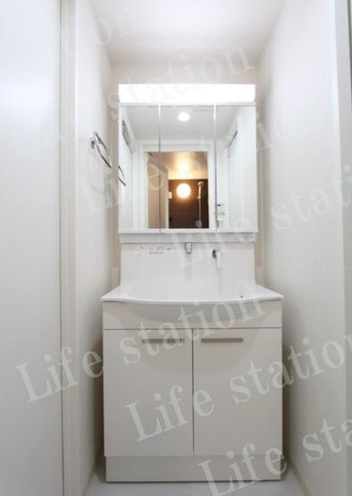 独立洗面台は三面鏡になっており、内側が収納になっています。