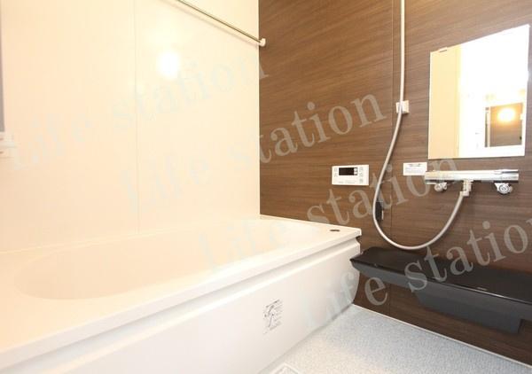 一日の疲れを癒すのに、落ち着いた色合いの浴室。 浴室乾燥機付きです。