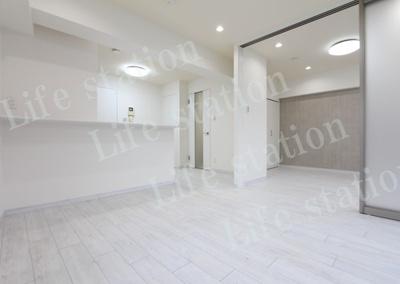 白を基調とした清潔感のある室内。