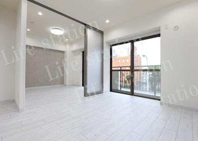 6.0畳の洋室とも可動式扉で開放感のある作れです。
