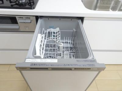 お食事後の後片付け時間を一気に短縮してくれる食器洗浄乾燥機がビルトインされています♪共働きファミリーに優しい仕様。
