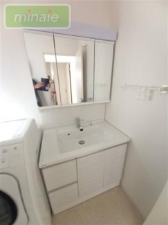独立洗面台、朝の身支度には欠かせません 三面鏡で収納もたくさんなので使いやすいです!