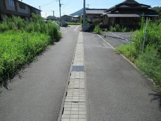 南側接道の状況(東側から撮影)