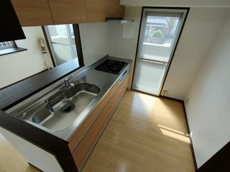 料理も楽しく自然光が入る窓のあるシステムキッチン!