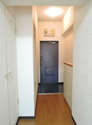 シューズボックス付きの玄関。