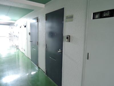 お部屋へのアクセスにご利用頂く共用の廊下。
